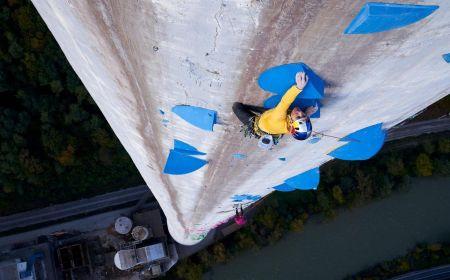 Domen Škofic při lezení na nejvyšší komín v Evropě, Foto: © Jakob Schweighofer/Red Bull Content Pool