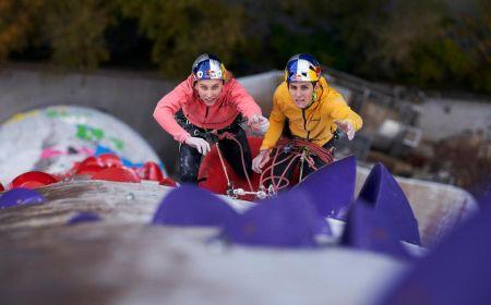 Janja Garnbret a Domen Škofic řeší kroky při přelezu nejdelší umělé cesty na světě, Foto: © Jakob Schweighofer/Red Bull Content Pool