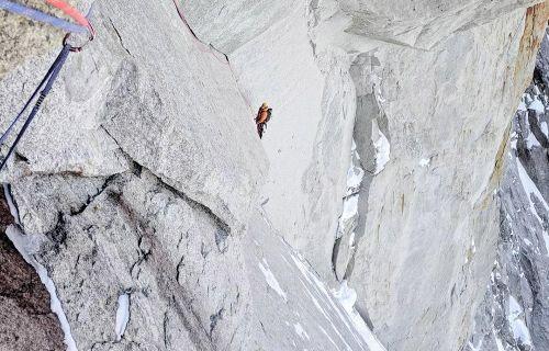 John McCune a Will Sim během prvovýstupu Above and Beyond na Aiguille de Pélerins v masivu Mont Blanc. Foto: John McCune/Will Sim