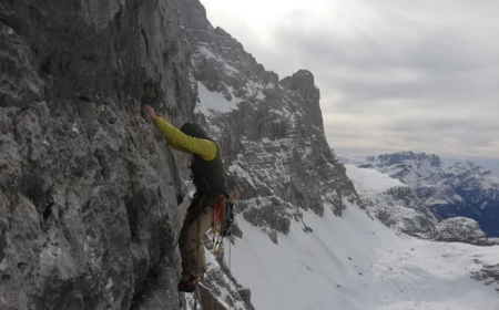 Nicola Tondini a Lorenzo D'Addario během prvního zimního průstupu cestou Dulcis in fundo v severovýchodní stěně Civetty. Foto: Nicola Tondini a Lorenzo D'Addario