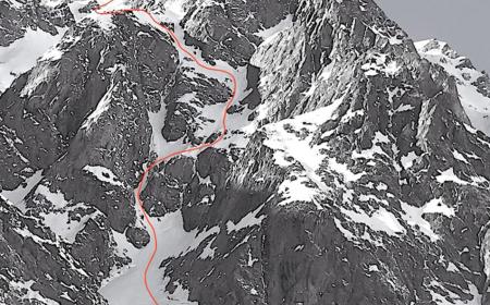 Prvosjezd La Testa tra le stelle jihovýchodní stěnou Tête Carrée (3.232 m n. m.) Foto: Paul Bonhomme a Vivian Bruchez