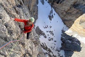 Andrea Oberbacher během prvovýstupu Zero (max 7/7+) na Torre del Lago v Dolomitech, foto: Simon Gietl