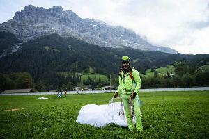 Simon Gietl přistál v Grindelwaldu po úspěšném přelezu severní stěny Eigeru, foto: Christoph Muster