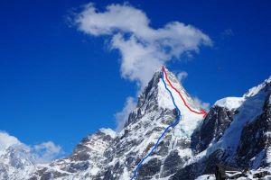 Kangchung Shar – linie výstupu (modře) a sestupu (červeně)