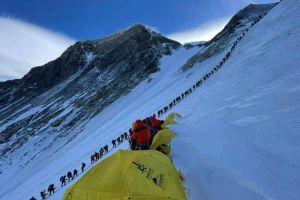 Kdo říkal, že se nemají v době covidové pandemie lidé shlukovat? Fronta nad C3 cestou k vrcholu Mount Everestu 23. května 2021, foto: Mingma Dorchi Sherpa